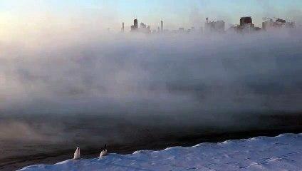 Le lac Michigan recouvert de de brouillard impressionnant à cause des températures extrêmes aux USA