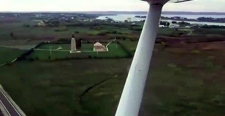 Un automobiliste coupe la route d'un avion qui atterrit...
