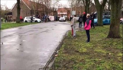 Quand une voiture freine brusquement au départ d'une course cycliste
