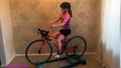 Elle fait des crêpes, en équilibre sur un vélo !