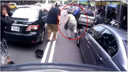 車CAM系列:好難忍笑的車禍 A funny accident - OMG VIDEO