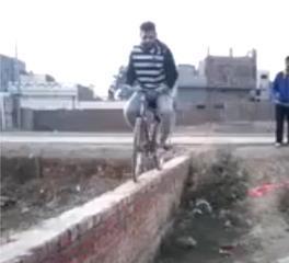 Video Zaror Dekay Cycle Hay Ya Jehaz - Urdu And Punjabi Funny Video