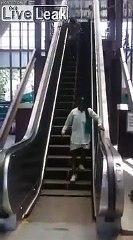 Des indiens prennent pour la première fois un escalator... Pas facile