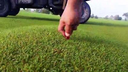 Pas facile de jouer au golf quand il y a des bulles d'air sous le gazon